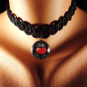 Černý krajkový náhrdelník / obojek s přívěskem - srdce
